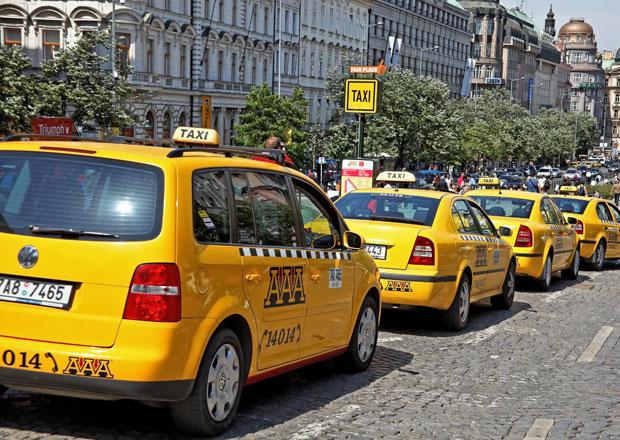 Protest asi 200 taxikářů komplikuje dopravu na pražské magistrále