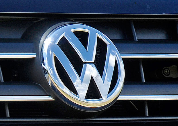 Volkswagen zavede silniční testy emisí, šetření skandálu stále probíhá