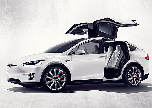 Majitele Tesly Model X trápí výklopné dveře