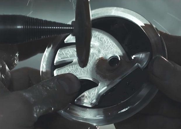 Škoda Superb Black Crystal: Jak se vyráběly unikátní křišťálové díly (video)