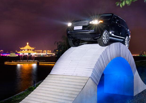 Range Rover přejel v Číně papírový most (+video)