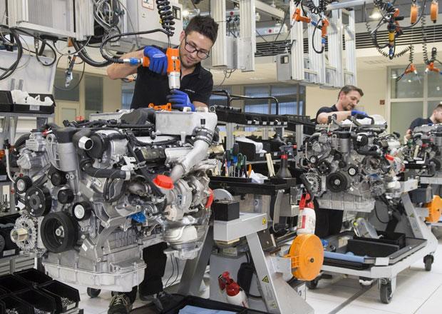 Mercedes zvyšuje produkci motorů V12