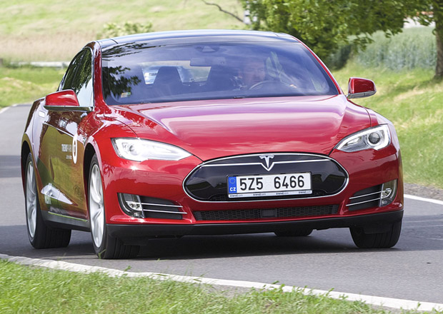 Tesla chce letos prodat 50.000 aut, c�l zat�m nepln�