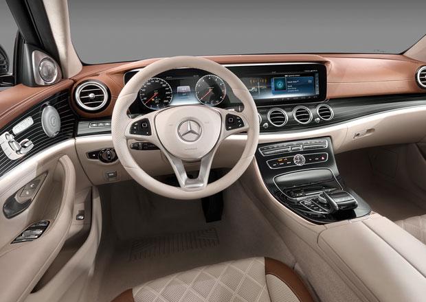 Seděli jsme v novém Mercedesu třídy E, jeho interiér vypadá jako ve třídě S
