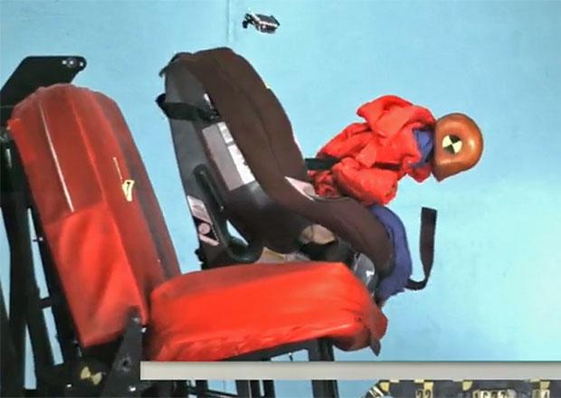 Video: Bundy jsou v dětských autosedačkách nebezpečné