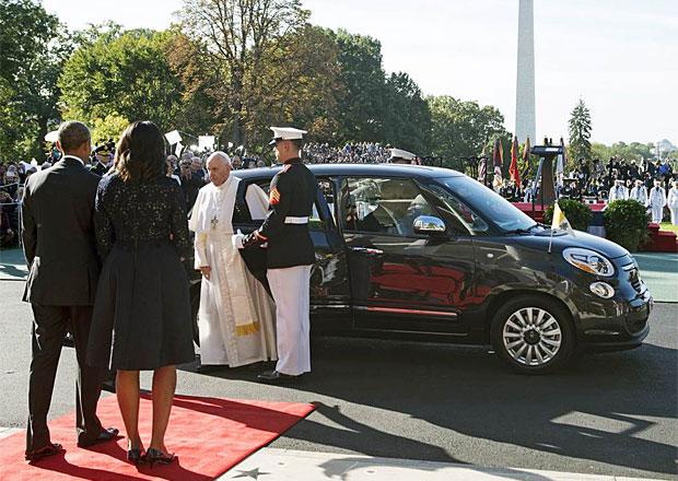 Papežův Fiat 500L se prodal za dva miliony korun, čtyřnásobek běžné ceny
