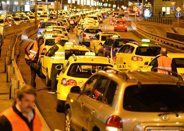 Pražští taxikáři blokovali téměř osm hodin magistrálu