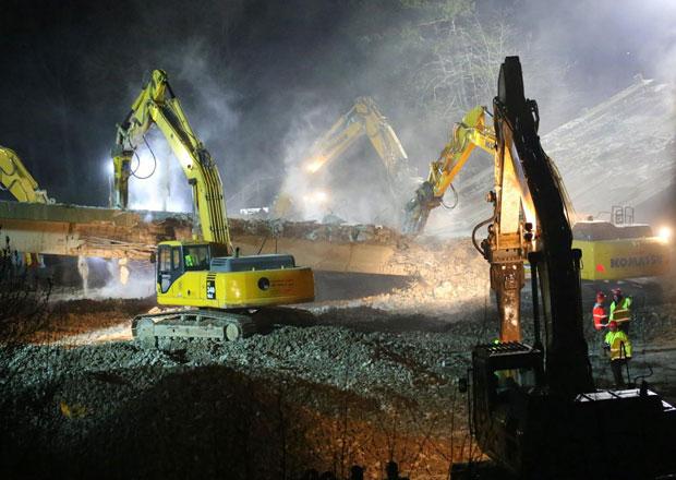 Noční demolice na D1: Podívaná plná prachu a trosek (fotogalerie a video)