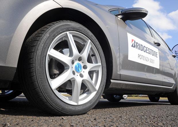 R�zn� typy pneumatik na stejn�m aut�: Kdy� gumy p�skaj� schv�ln�