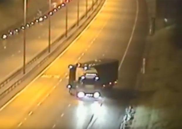 Opilý český kamioňák couval na britské dálnici, soud ho poslal sedět (+video)