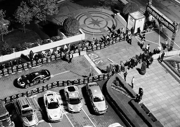 Prahu opouštějí účastníci závodu luxusních aut Gumball 3000