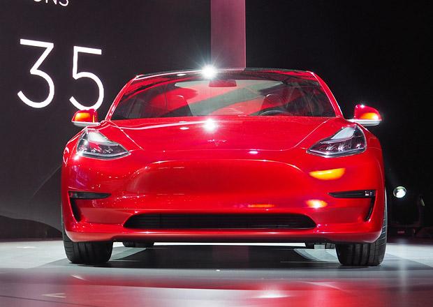 Tesla reaguje na zájem o model 3, hledá další dodavatele baterií