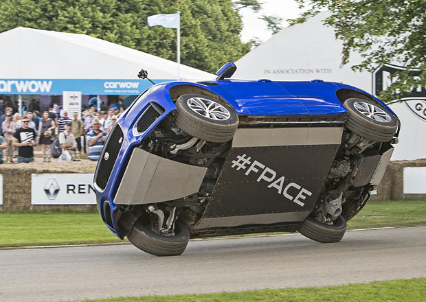 Jaguar F-Pace a jízda po dvou kolech (+video)