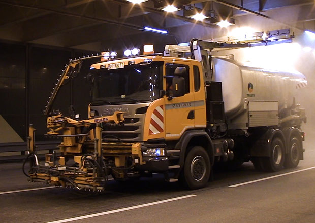 Scania G 410 6�4*4 s n�stavbou Trilety pro �ist�n� tunel� (+video)