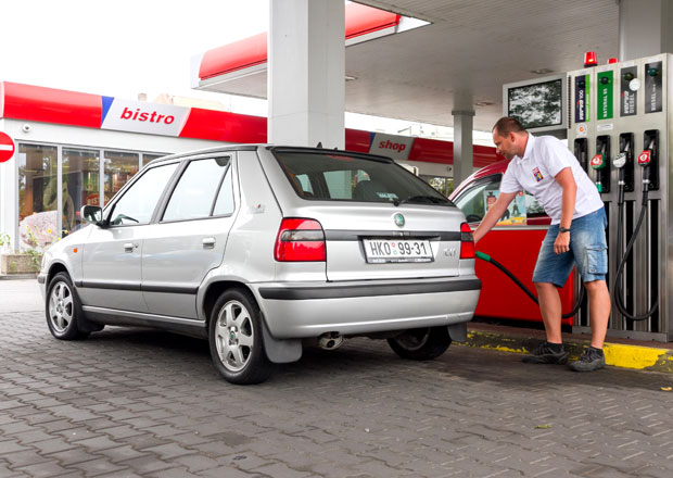 Cena benzinu stagnuje od půlky června, nafta zdražuje jen mírně