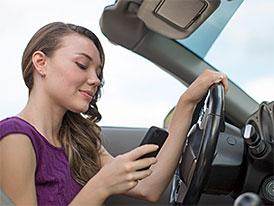 Jak jezd� mlad� �idi�i? Nechaj� se rozpt�lit kr�skami a n�kte�� p�� SMS
