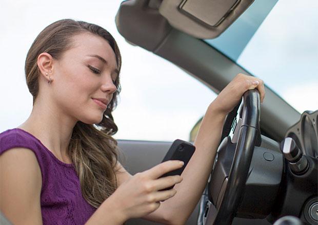 Jak jezdí mladí řidiči? Nechají se rozptýlit kráskami a někteří píší SMS