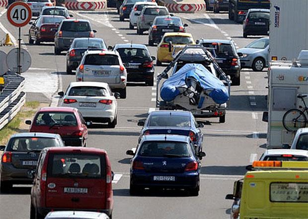 Řidiči o víkendu trávili na evropských dálnicích hodiny v dlouhých frontách