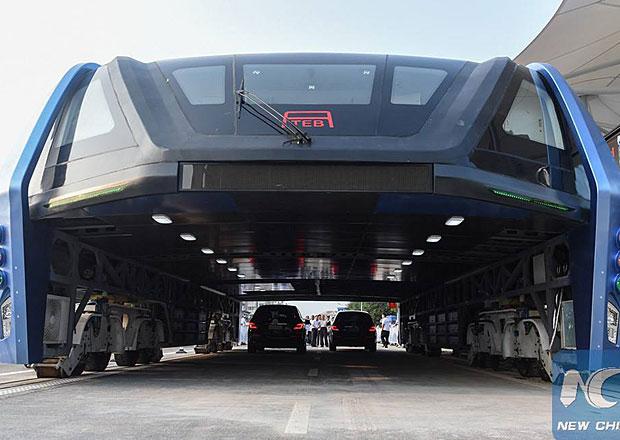 Gigantický čínský vlakobus opravdu existuje! A jezdí!