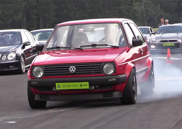 Volkswagen Golf zničí všechno, co se mu postaví do cesty. Podívejte se na video!