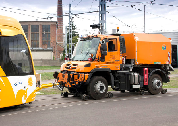 Mercedes-Benz Unimog pro jízdu po kolejích