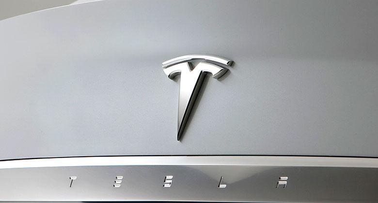 Tesla reaguje na kritiku Euro NCAP. Z nabídky odstranila matoucí název autopilota