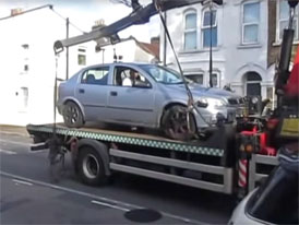 Video: Když chcete odtáhnout auto totálnímu bláznovi