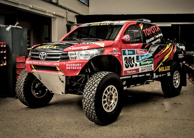 Toyota Hilux Evo: Japonci pojedou Dakar se zadokolkou!