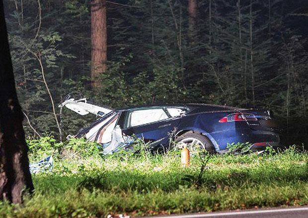 Další tragická nehoda Tesly. Ani hasiči si na vrak netroufli