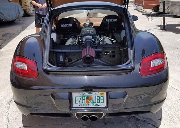 Porsche Cayman s osmiválcem z Mustangu je totální zběsilost (+video)