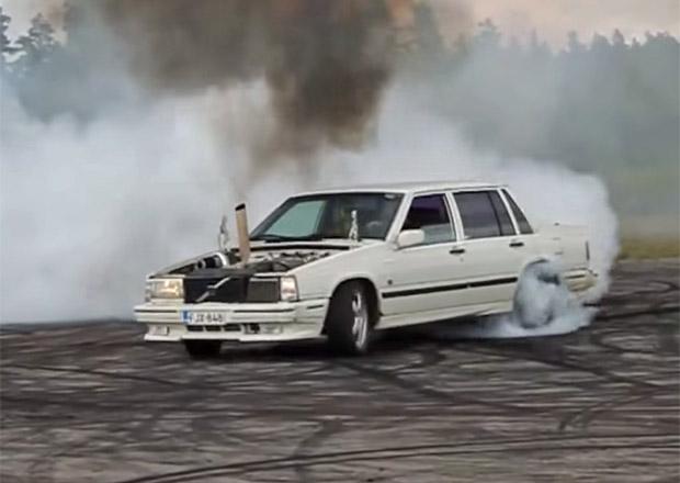 Video: Auto, nebo lokomotiva? Zběsilé turbodieselové Volvo 750 pálí gumy
