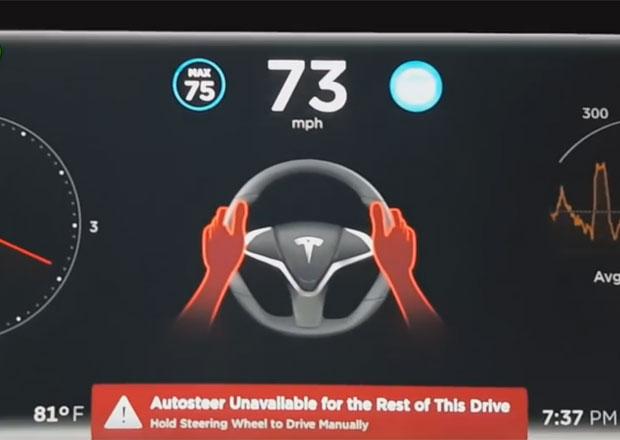 Tesla Autopilot: Co se stane, když odmítnete držet volant? (video)