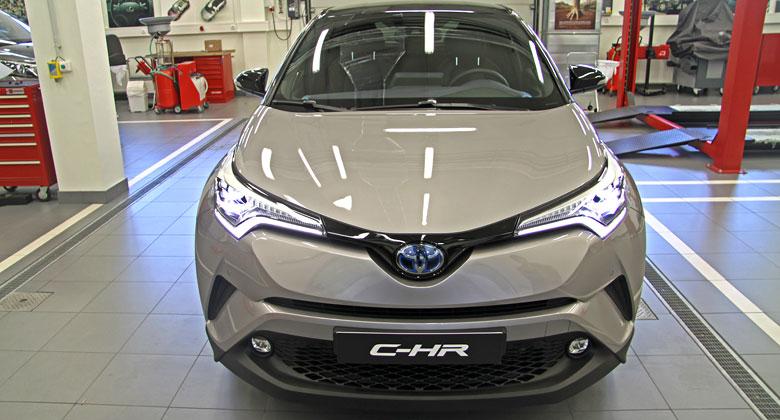 Toyota C-HR odhalila kompletn� cen�k. Levn� nen�!