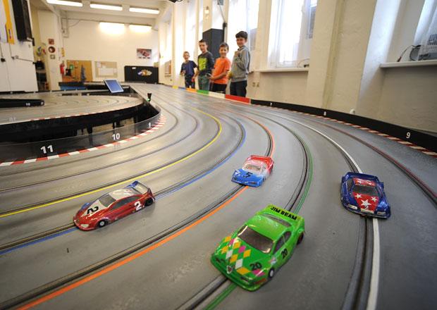 Závodníci na autodráze: Adrenalin bez rizika