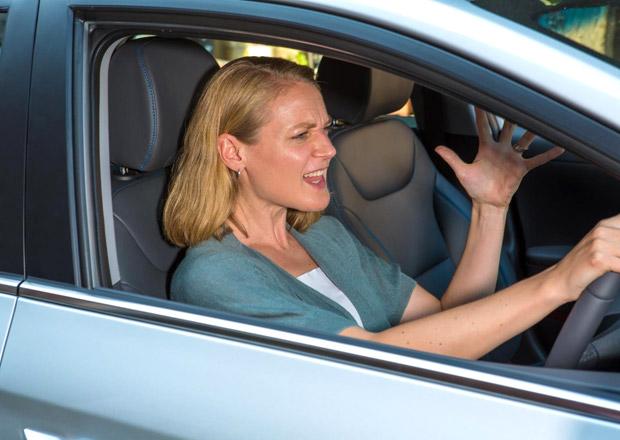 Ženy vs muži: Kdo se za volantem více vzteká?