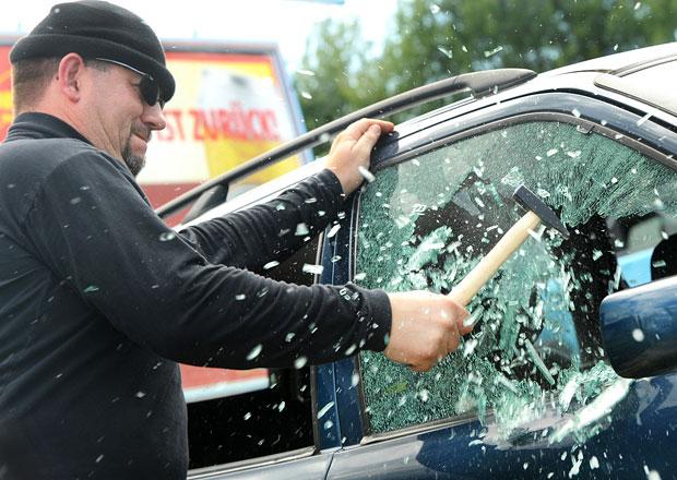 Čtyři způsoby, jak snadno ukrást auto. Dá se proti nim bránit?