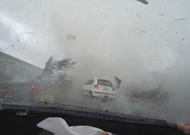 Video: Podívejte se, jak tornádo nasálo Daewoo Matiz!