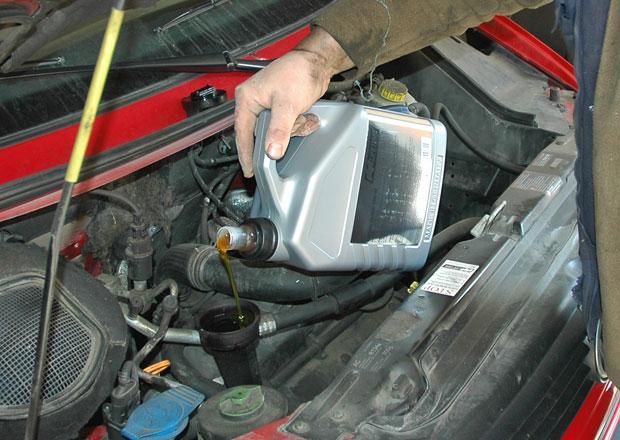 Motorové oleje: SAE, API, ACEA... Víte, co znamená jejich označení? A jak moc škodí nevhodný olej?