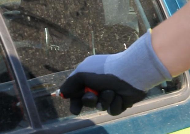 Video: Jak rozbít okno auta za pouhou sekundu