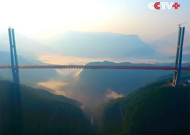 Čína má nejvyšší most na světě, auta jezdí v půlkilometrové výšce