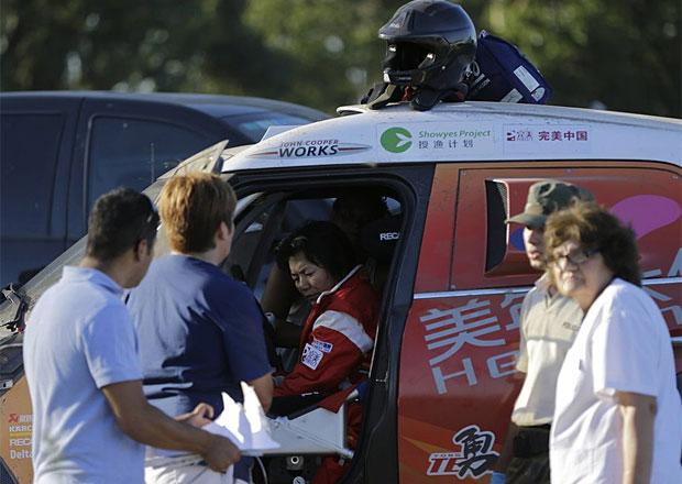 Dakar živě: Prolog byl zrušen kvůli nehodě. Čínská pilotka zranila diváky.