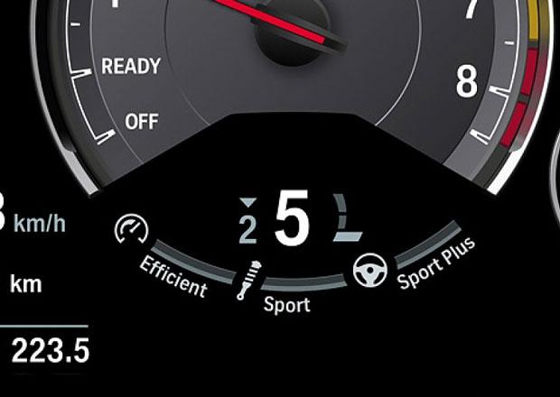 Podtáčení motoru: Proč škodí? A proč vás auto i tak nutí jezdit kousek nad volnoběhem?