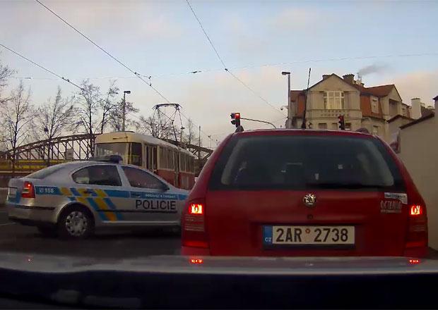 Zběsilá honička v pražských ulicích! Cizince v kradené Octavii zastavily pásy s hroty