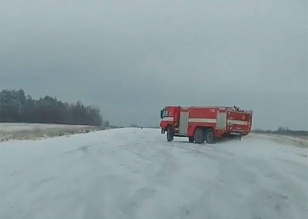 Video: Driftovat se dá s čímkoliv! Co třeba s hasičskou tatrou?