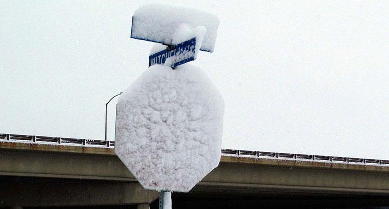 Značky zakryté sněhem: Co když přejedu plnou čáru, která nebyla vidět?
