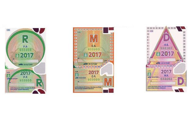 Dnes končí platnost loňských dálničních známek. Víte, jak ji nejsnáze sundat z čelního skla?