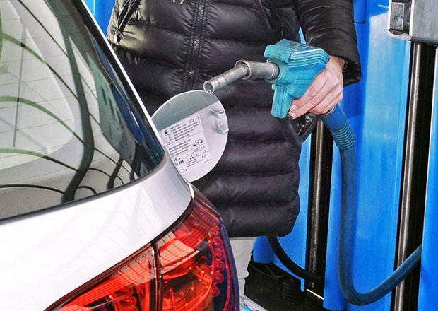 Kde máte víčko palivové nádrže? Proč jsou hrdla na různých stranách?