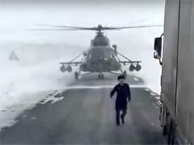 Když nevíte s vrtulníkem kudy kam, zeptejte se na cestu. Řidiče kamionu...