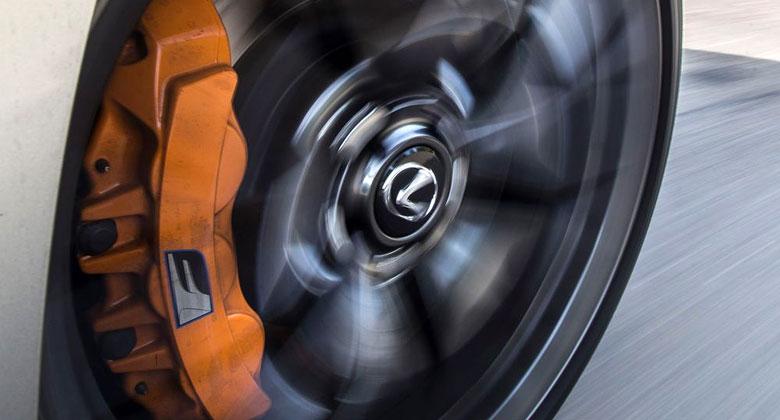 Optický klam: Proč se nám zdá, že se kola při jízdě otáčejí na druhou stranu?
