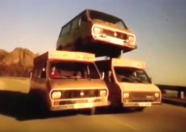 Video: Nejbizarnější reklama všech dob. Představuje se sovětský RAF-2203!